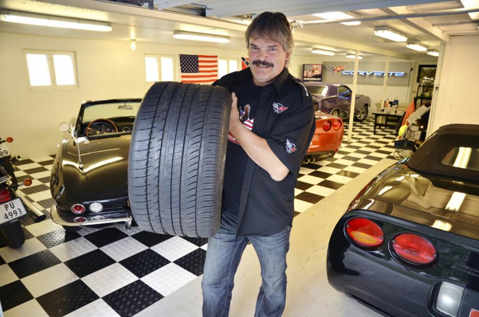 Med 640 Nm på bakdekkene kan det fort bli utgifter på dekkfronten. Jostein bruker faktisk mer penger på gummi enn på bensin til sin 2006-modell Corvette Z06.  Ikke rart, monsterdekkene i 325-millimeters bredde koster hele 6000 kroner per stykk... Foto: Stein Inge Stølen