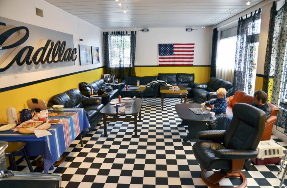 Amcarklubben på Årdalstangen er innredet i samme ånd som Josteins garasje. Foto: Stein Inge Stølen