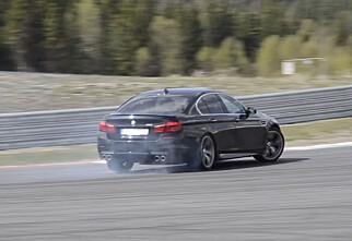 Vi tester BMW M5 mot Mercedes CLS 63 AMG på bane!