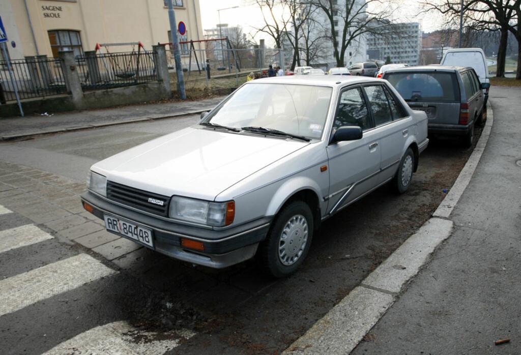 Mazda 323 sedan er ikke akkurat et glis. Likevel trekkes tyvene mot den som møll mot ei tent lampe.  Foto: Autofil