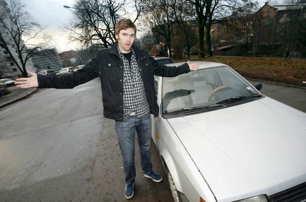 """""""Hva er greia?"""" Kenneth Dokkeberg (31) er mildt sagt lei av stadige innbrudd i sin nå kondemnerte Mazda 323. Foto: Autofil"""