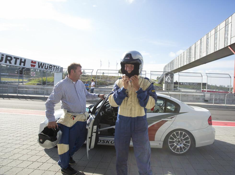SEIERHERRENE: To fornøyde herrer fra Finansavisen og NTB etter å ha kjørt bra og hatt et fenomenalt raskt førerbytte. Foto: ERIK FIVE