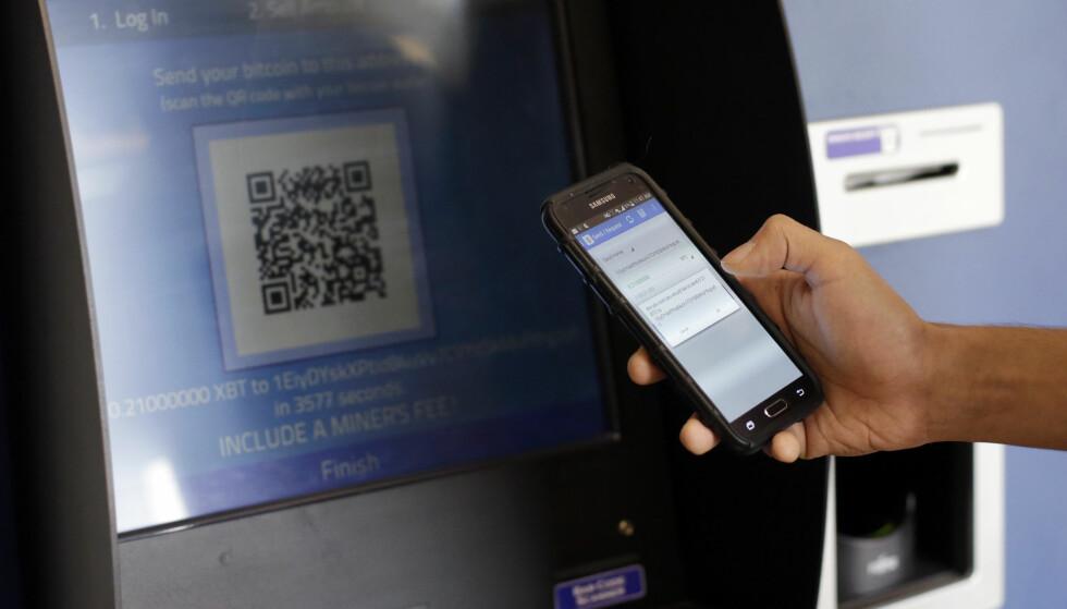 MINIBANK: Flere steder i USA finnes det nå egne Bitcoin-minibanker som lar deg omsette Bitcoin til kontanter – eller motsatt. Foto: Eric Gay / AP Photo / NTB Scanpix