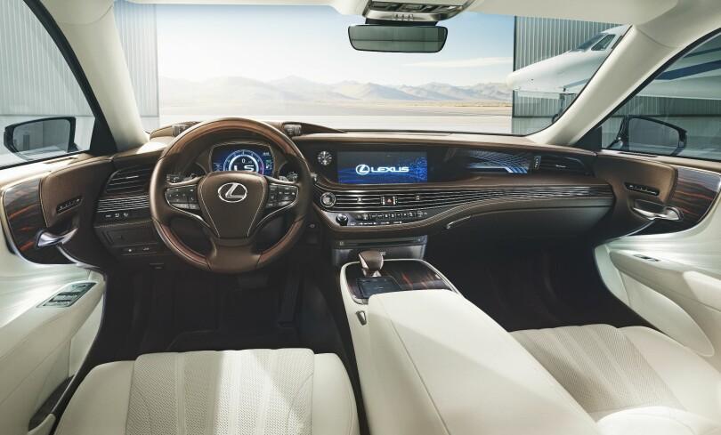 KLASSISK-MODERNE: Luksus på Lexus-flaggskip-vis betyr romslighetsfølelse, høyverdig kvalitetsfølelse ned på detaljnivå, og nyeste teknologi, skal vi tro informasjon og bilder fra produsenten i forbindelse med visningen av den nye generasjon LS. Foto: Lexus