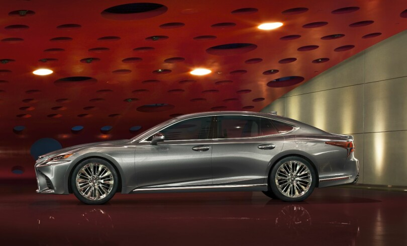 LAVERE: Nye Lexus LS er lavere og har lavere tyngdepunkt enn forgjengeren. Den har også lengre akselavstand og er basert på en ny, stivere plattform. Kjøredynamikken skal ha blitt vektlagt en god del mer enn før, med samme komfortnivå. Foto: Lexus