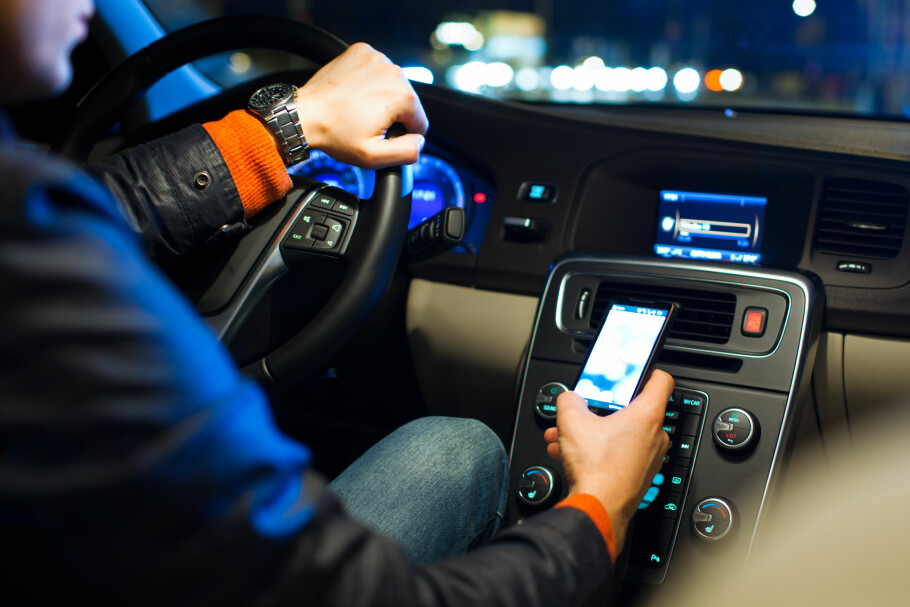 ALTERNATIV TIL DAB: Har du bil uten DAB+? Da kan du koble den til mobilen og strømme radio fra mobilen. Det er ikke spesielt dyrt i utgangspunktet, men nå får Onecall-kunder bruke det helt gratis. Foto: Shutterstock / NTB Scanpix
