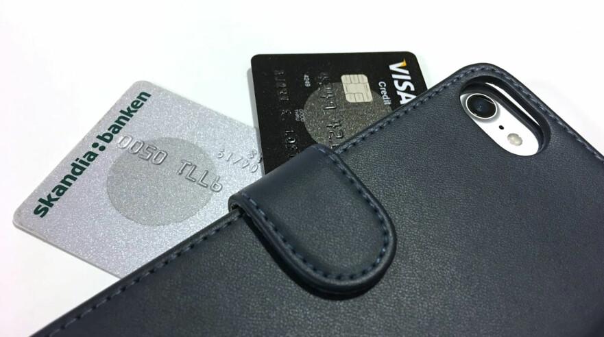 MAGNETEN KAN SKADE KORTENE: Enkelte mobilomslag kan ha så sterk magnet at det kan avmagnetisere kortene dine. Det kan skape trøbbel for deg når du er i utlandet, noe vi selv fikk erfare. Foto: Bjørn Eirik Loftås