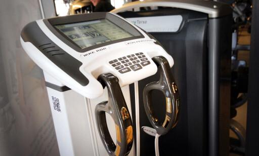 KROPPSANALYSE: Maskiner som denne har fire kontaktpunkter, begge hendene og føttene. Foto: Ole Petter Baugerød Stokke