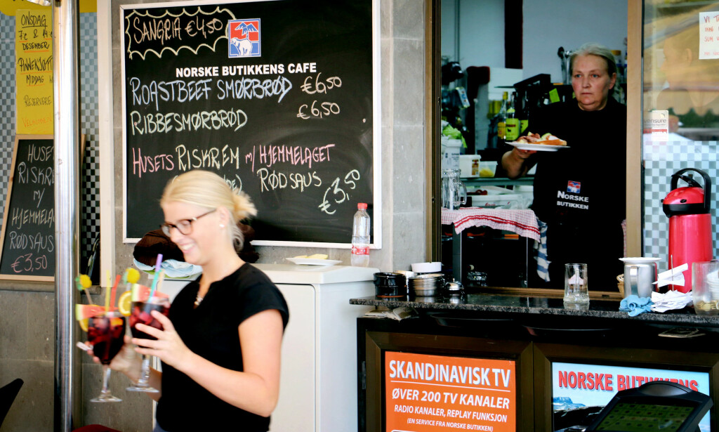 HVA KOSTER MATEN? Jada, du kan få mange særnorske retter på Gran Canaria - som her på Den norske butikken i Arguineguin. Men du kan også spise annen god mat for en ganske billig penge andre steder på øya. Foto: Ole Petter Baugerød Stokke