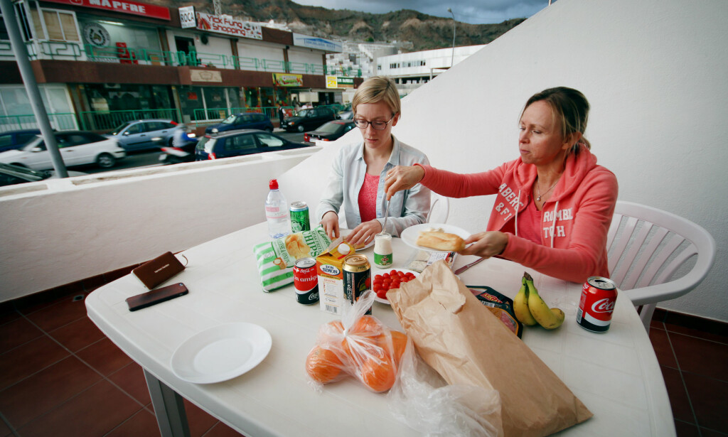TAPAS PÅ TERRASSEN? Vi betalte 21 euro for tapas for tre. Slik kan du kutte feriebudsjettet på mat ganske betraktelig - og ja, det smaker supert. Foto: Ole Petter Baugerød Stokke
