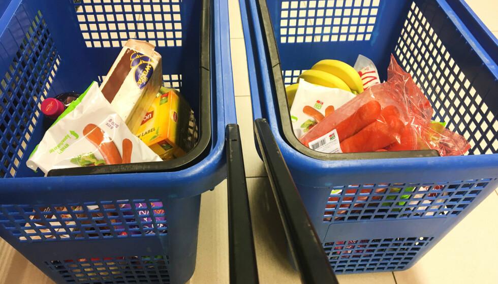BILLIG OG DYR: Å kutte utgifter i matbutikken er mulig - se hvordan vi gjorde handlekurven til venstre 200 kroner rimeligere enn den til høyre, med tilsvarende innhold. Foto: Berit B. Njarga