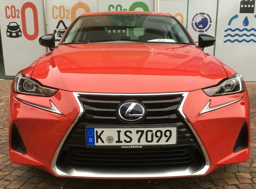 <strong>OPPGRADERT:</strong> Lexus IS anno 2017 har ikke fått noen radikal ansiktsløftning, men er forbedret på flere måter. I fronten er det lyktenes fasong og de L-formede kjørelysene som er nye. Nå har IS også full LED hovedlys som standard. Foto: Knut Moberg