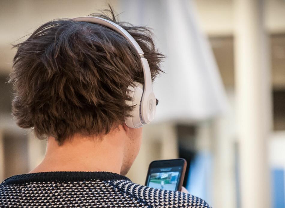 DISKRET: Selv om logoen ikke er så diskret, er selve hodetelefonene ganske enkle i designet, uten store bøyler eller andre prangende elementer. <br>Foto: Gaute Beckett Holmslet