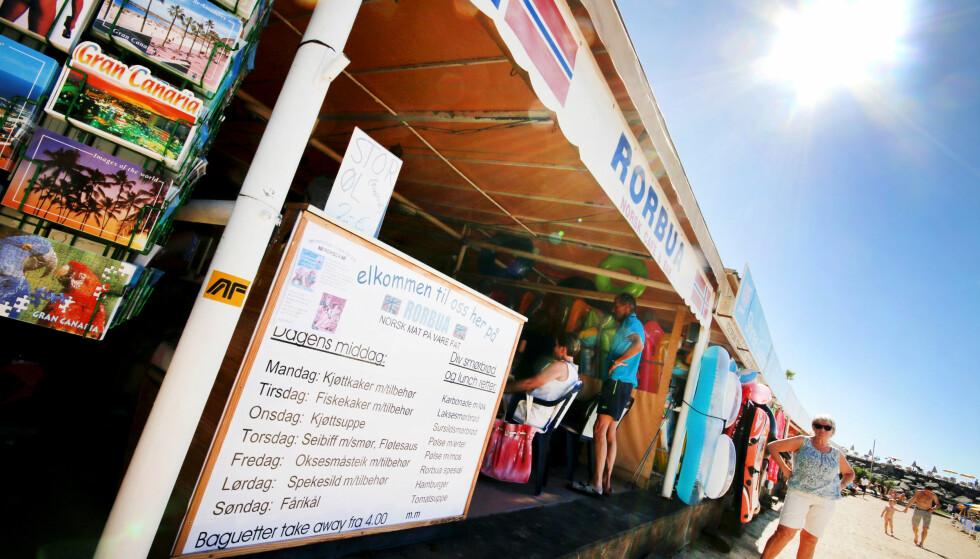 RASPEBALL PÅ BEACHEN: Eller kanskje fårikål? Ingenting å si på utvalget om du ønsker norsk mat på stranda Amadores i nærheten av Puerto Rico på Gran Canaria. Foto: Ole Petter Baugerød Stokke