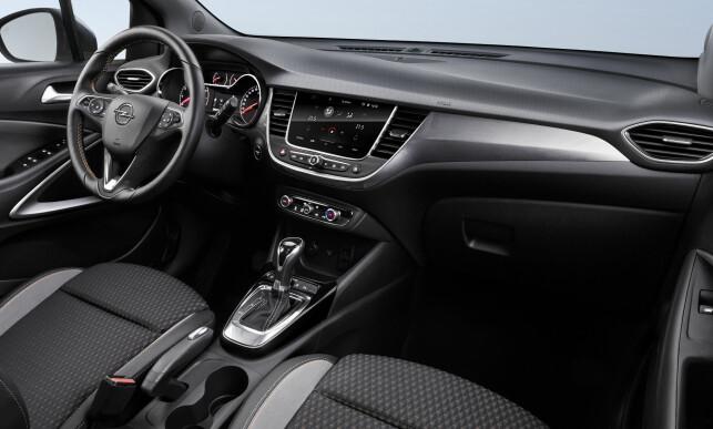 MODERNE: Interiøret i Crossland X er lett gjenkjennelig fra de andre nyere Opel-modellene og ser ryddig og oversiktlig ut. Foto: Opel