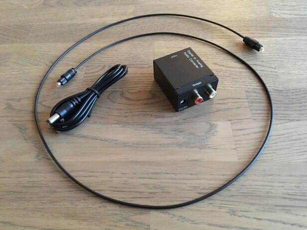 DETTE FÅR DU: En DAC, en optisk lydkabel på 97 cm, og en strømkabel som kobles til en USB-port i TV-en. Foto: Bjørn Eirik Loftås