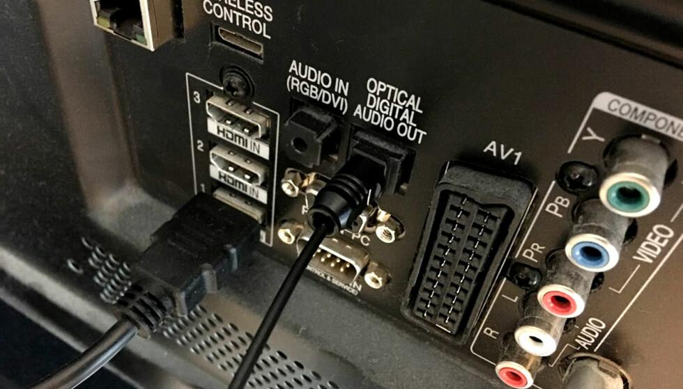 FINN UTGANGEN PÅ TV-EN: Svært mange TV-er har en optisk lydutgang. Lydnivået på denne er konstant, og kan ikke justeres av TV-fjernkontrollen. Foto: Bjørn Eirik Loftås