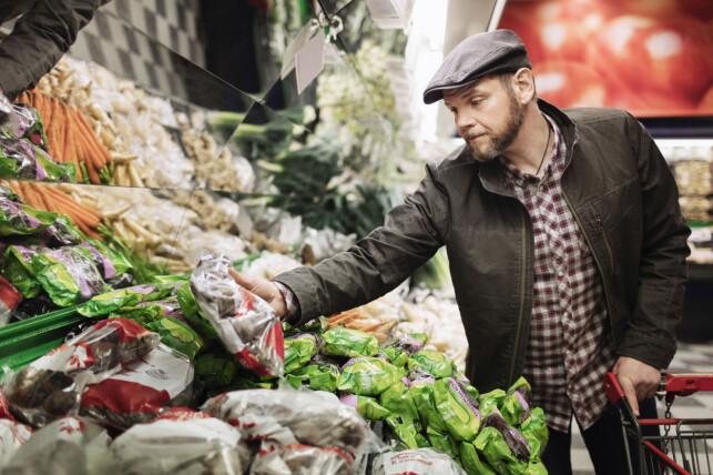 LAGRES: Om du handler grønnsaker eller kondomer, blir alle kjøp lagret i detalj. Foto: Maskot / NTB Scanpix