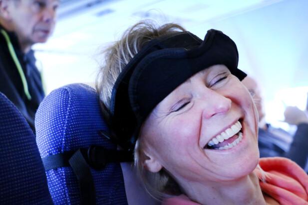 TEIT? På en skala fra 1-10, hvor teit tror du at du føler deg med denne innretningen på hodet under flyreisen? (Vi går for en 10-er ...) Foto: Ole Petter Baugerød Stokke