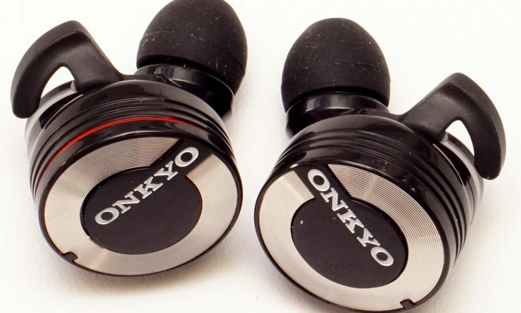 STORE, MEN LETTE: Onkyo W800T faller ikke ut av ørene når du beveger deg. Foto: Håvard Holmedal.