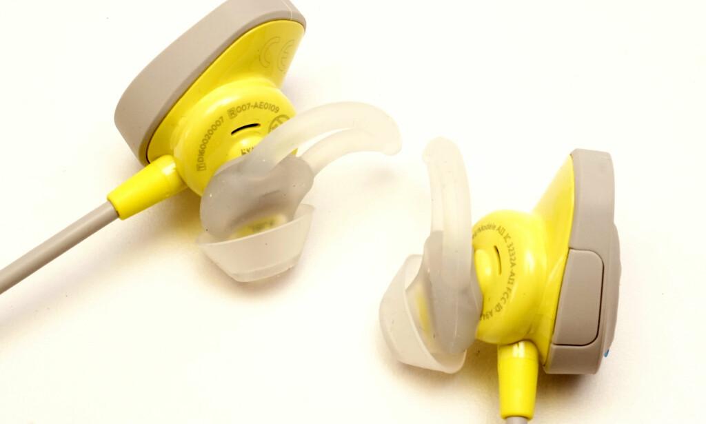 VINGER: Bose har en smart løsning som sørger for at ørepluggene sitter på plass. Foto: Håvard Holmedal