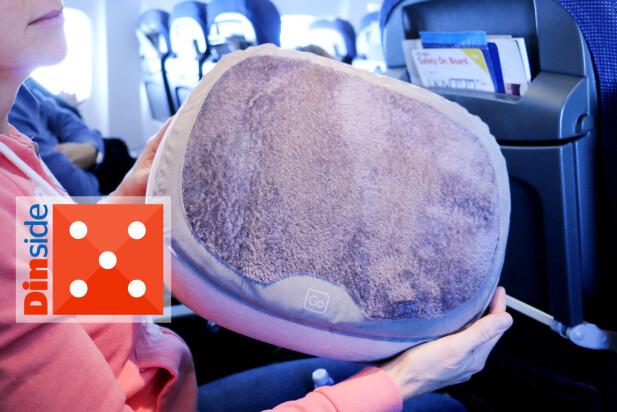 HURRA, HVILE FOR FØTTENE: Det er ikke bare nakken som kan trenge støtte på flyreisen, også beina kan trenge hvile - og da synes vi denne oppblåsbare fotskammelen var super. Foto: Ole Petter Baugerød Stokke