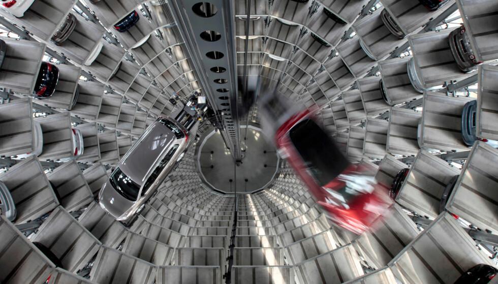 STORT VOLUM: Volkswagen-bilene Golf Cabriolet og Passat blir stuet inn i garasjeanlegget «Car Towers» i Wolfsburg i 2011. VW ble Europas desidert mest solgte bilmerke i 2016. Foto: REUTERS / Christian Charisius
