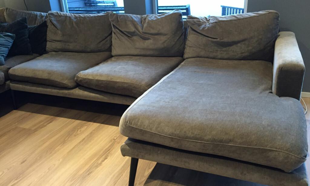 SAMMENKLEMT: At sofaen etterhvert synker sammen er et kjent problem for mange. Løsningen er imidlertid enkel. Foto: Linn M. Rognø.