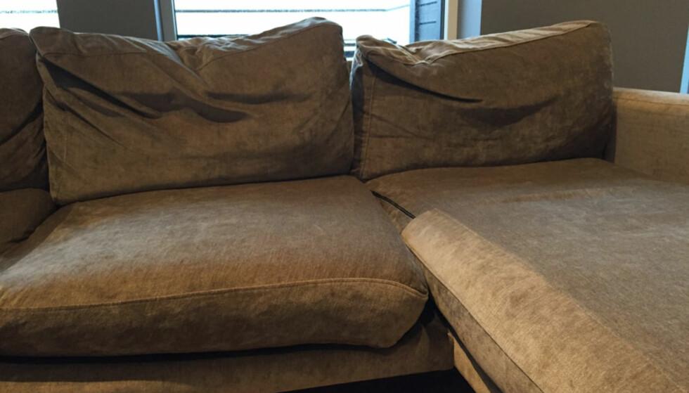 MYKE PUTER: Bruker du sofaen hver dag foran TV, skal det ikke så mye til før den blir seende slik ut. Dette gjelder spesielt sofaene som inneholder dun i putene. Foto: Linn M. Rognø.