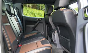 ROMSLIGE: Baksetene har god plass og er komfortable. Sjeldent i en pickup.  Foto: Jamieson Pothecary