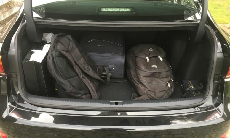 IKKE OVERDÅDIG, MEN... Lexusen er ikke klasseledende på bagasjeplass, men den svelger da 450 liter, som er godkjent. Hybridsystemet stjeler bare 30 liter. Foto: Knut Moberg