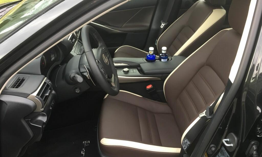 FORSEGGJORT: Vi kjørte først Luxury-utgaven med to-toners skinnseter. De er komfortable, men litt snaue på lårstøtte - der er F-Sport-graden bedre. Foto: Knut Moberg