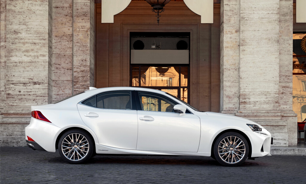 KLASSISK PROFIL: Fornyede Lexus IS har ytterligere skjerpet sportssedan-linjeføringen og fremstår relativt kompakt, men velproporsjonert. Foto: Lexus