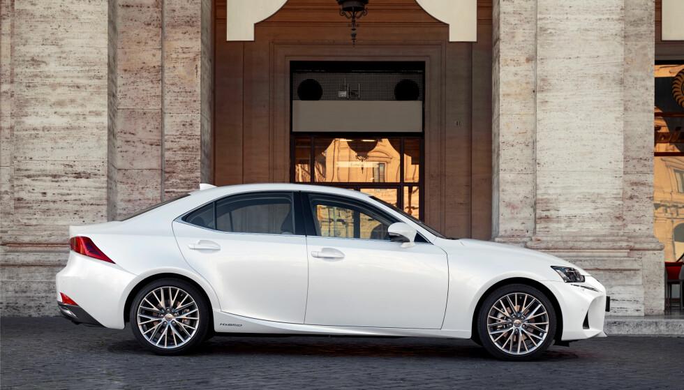 <strong>KLASSISK PROFIL:</strong> Fornyede Lexus IS har ytterligere skjerpet sportssedan-linjeføringen og fremstår relativt kompakt, men velproporsjonert. Foto: Lexus