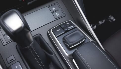 <strong>OPPDATERT:</strong> Synlige sømmer gir mer premium-følelse, og musepekeren foran håndstøtten er nå supplert med en «enter»-knapp. Foto: Lexus