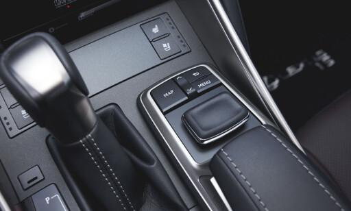 OPPDATERT: Synlige sømmer gir mer premium-følelse, og musepekeren foran håndstøtten er nå supplert med en «enter»-knapp. Foto: Lexus