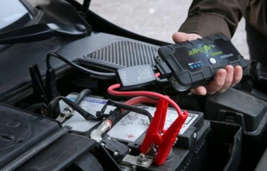 VENN I NØDEN: Det kan være bra å ha en hurtigstarter i nærheten, om bilbatteriet plutselig skulle streike. Foto: NAF