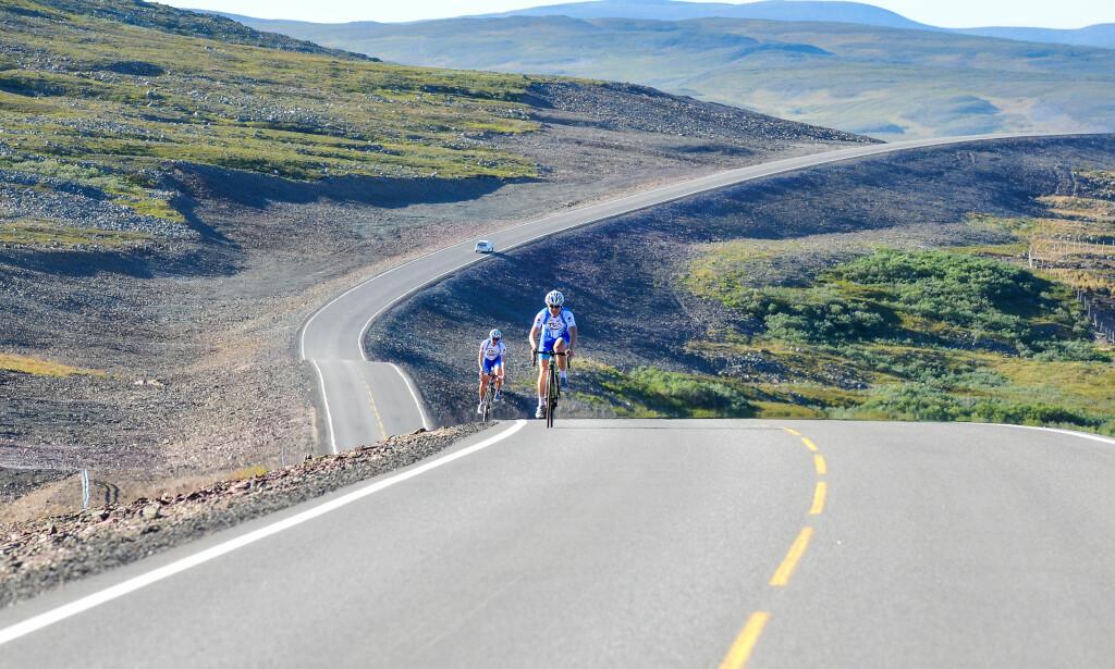 DU VIDE, VAKRE VIDDE: Det er kanskje Norges vakreste vei, men Fylkesveg 98 går over et fjellområde som er preget av viddelandskap, noe som gjør det vanskelig å holde kjøreforholdene gode hele året igjennom. Foro: Knut Opeide, NAF