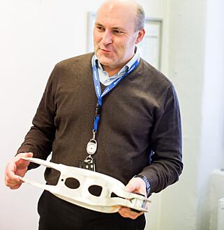 DAGLIG LEDER: Roger Kyseth i Benteler viser stolt fram et moderne hjuloppheng laget for Audi. Foto: Kasper van Wallinga