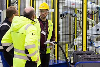 FORNØYD: Klubbleder Jørn Rønning (t.v.) forteller at de ansatte er takknemlige for utviklingen Benteler har tilført bedriften siden 2009. Foto: Kasper van Wallinga
