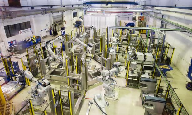 EFFEKTIVT: På denne produksjonscella - én av mange - monterer roboter 18 forskjellige deler på en støtfanger i løpet av 25 sekunder. Foto. Kasper van Wallinga