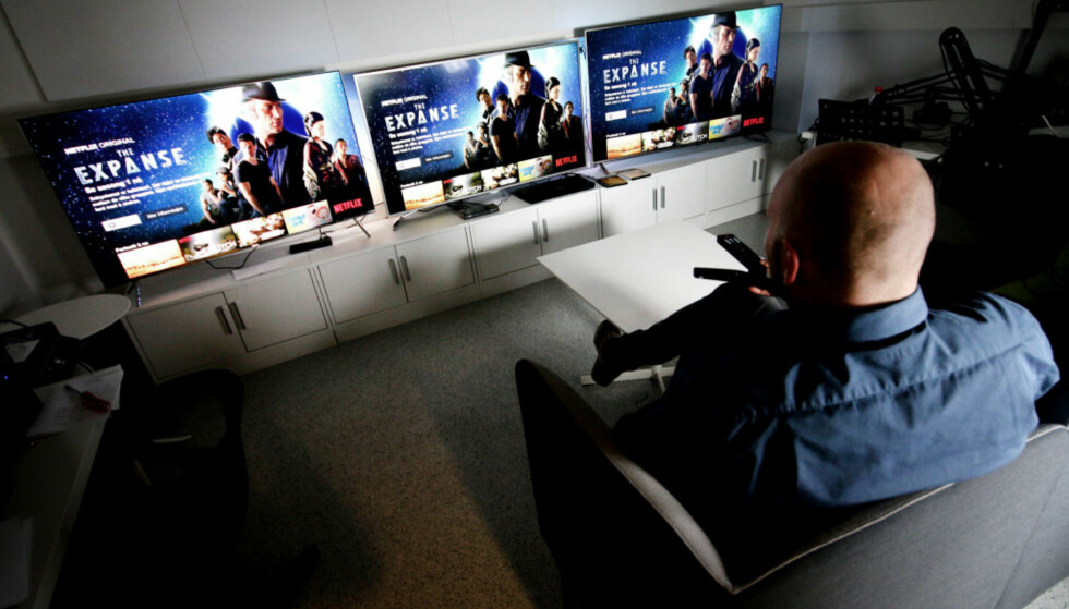 PRISFALL: TV-er går ned i pris etter lanseringen, men hvor fort går det? En av modellene fra Samsung gikk ned fra 18.000 kroner til 10.000 kroner siden den ble lansert i april. Foto: Ole Petter Baugerød Stokke.