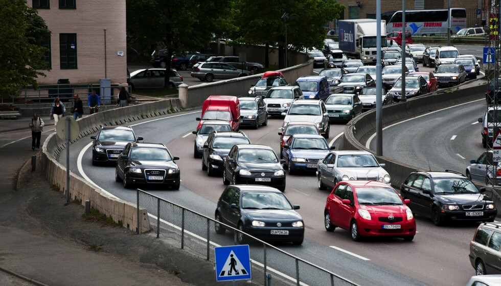 <strong>UNNGÅ KØ:</strong> Det spås rekordmange norske biler på veiene i sommerferien. Da kan statistikk hjelpe deg å unngå tider når sjansene er størst for kø. FOTO: TROND J. STRØM