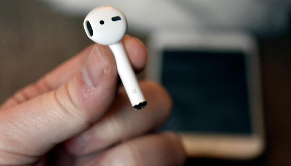 AVANSERT: Apple har pakket mye teknologi inn i Airpods, som både kan spille musikk og brukes til handsfree. De har dessuten optiske sensorer som pauser musikken om du tar dem ut av øret. Foto: Pål Joakim Pollen