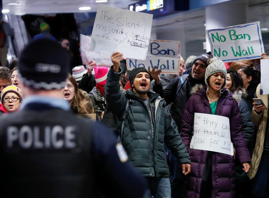 STORE PROTESTER: Donald Trumps innreiseforbud for folk med statsborgerskap i utvalgte muslimske land har blitt møtt med store protester i USA. Her demonstrerer motstandere på O'Hare flyplass i Chicago. Foto: Kamil Krzaczynski / Reuters / NTB Scanpix