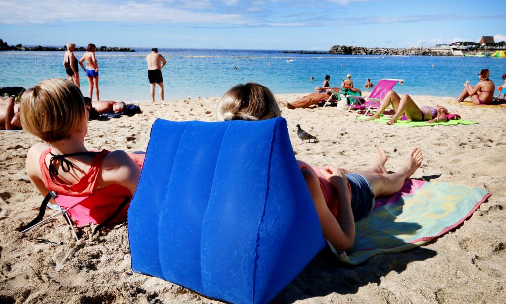 TA MED DIN EGEN «SOLSENG» TIL SYDEN: Med en «sammenleggbar solseng» i kofferten kan du droppe kampen om solsengene - og du slipper å betale dyrt for å leie solseng i ferien. Vi har testet to varianter på Amadores-stranda ved Puerto Rico, Gran Canaria. Foto: Ole Petter Baugerød Stokke