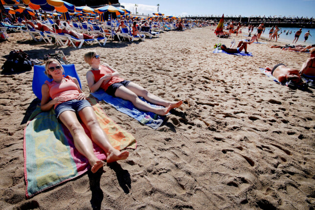 BEST KOMFORT MED WICKEDWEDGE: Det er ingen tvil: WickedWedge (den blå til venstre) er mest komfortabel av de to sammenleggbare solsengene. Personen til venstre har Y-ply i ryggen. Foto: Ole Petter Baugerød Stokke