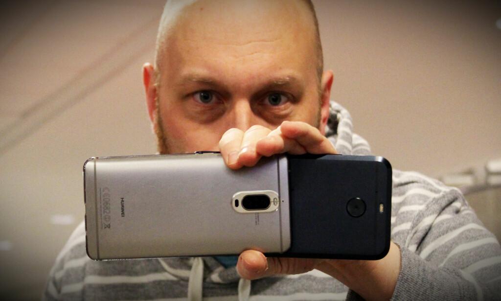 TO TELEFONER: Camarada er en app som lar deg bruke to telefoner til å fange den samme videoen. Foto: Pål Joakim Pollen