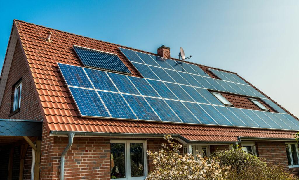 PENGEMASKIN: Om sommeren er bra, kan solcellepanel-eiere tjene en slant på å selge strømmen din via den nye måleren. Foto: Shutterstock/NTB Scanpix
