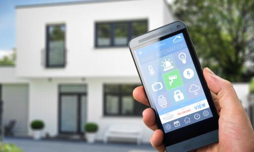 OVERVÅKING: Noen er redde, andre ser fordeler ved at huset ditt blir fulgt med på. Foto: Shutterstock/NTB Scanpix